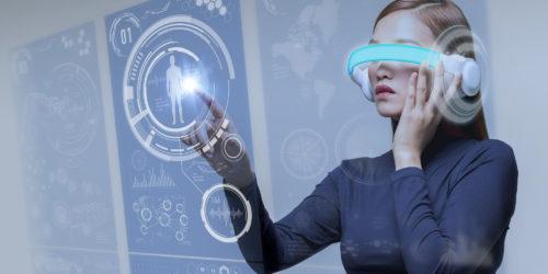 VRで映像に触れる女性
