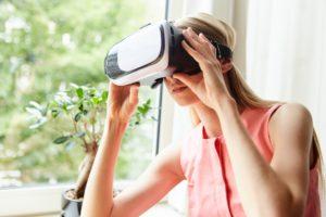 VRを体験する女性2